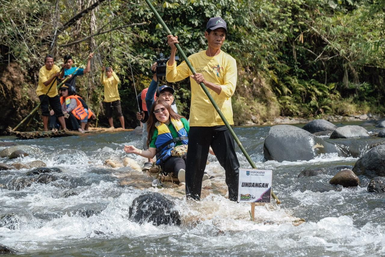 Dozens of Lanting Paring cross the Amandit River rapids at the 2019 Loksado Festival